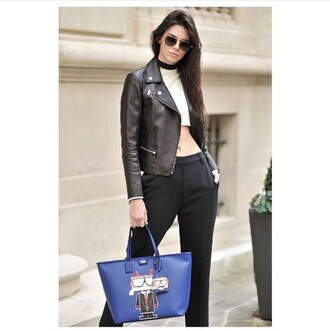 jewels necklace choker necklace keeping up with the kardashians kendall jenner model model off-duty celebrity style black choker celebrity leather jacket white crop tops aviator sunglasses black pants blue bag