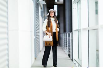 jewels crimenes de la moda blogger jacket suede jacket fringed jacket shoulder bag hat white sweater