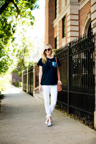 kelly in the city - a preppy chicago life style and fashion blog blogger t-shirt bag shoes jewels sunglasses white pants black top skinny jeans white jeans