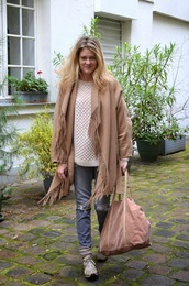 babymodeuse,blogger,poncho,camel,knitted sweater,sneakers,grey jeans,coat,sweater,shoes,socks,bag