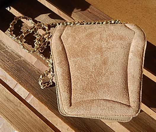 Gold Chain Beige / Light Brown Leather Purse - Vintage In Excellent Condition