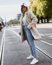 jeans,high waisted jeans,skinny jeans,denim,sneakers,white t-shirt,coat,teddy bear coat,cap,sunglasses