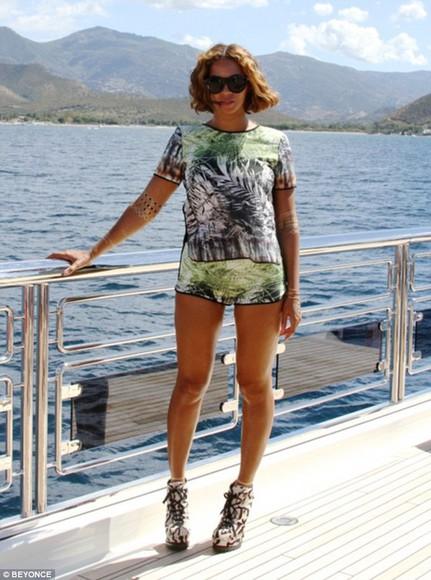 beyoncé summer outfits top shorts