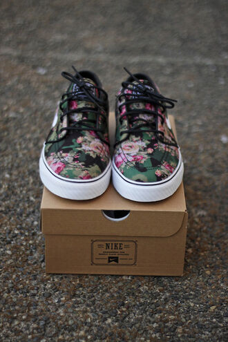 shoes floral lace up sneakers nike female fashion flowers beautiful floral nikes nike sb tumblr nike floral black girl pink black green stefan janoski floral floral shoes nike sneakers nike shoes girls shoes sportswear sports shoes vans print printed vans girly swag fleur mignone jolie
