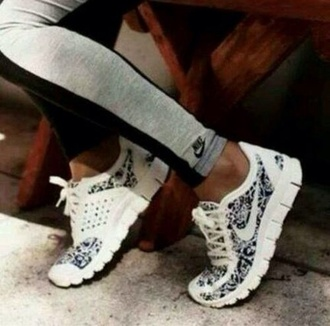 shoes pants nike nike running shoes white leggings i would love to find these shoes.  !!! fit healty girl sweat run running sportswear skinny black  and white black and white nike shoes beautiful nike white nikes grey nike black nike