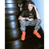 pants,kylie jenner,camouflage,sneakers,top,instagram,camo pants,joggers,jeans