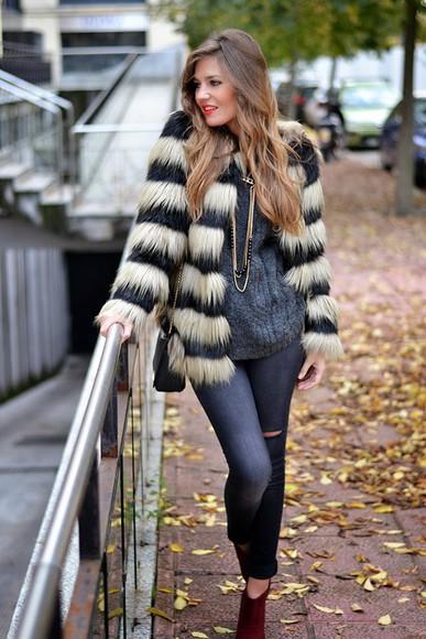 blogger grey sweater jewels mi aventura con la moda fluffy faux fur necklace