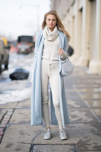 sweater romee strijd model off-duty winter outfits coat ny fashion week 2017 fashion week 2017 sneakers turtleneck sweater nyfw 2017