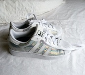 shoes,adidas superstar 2 silver snake,shiny,adidas shoes,adidas originals,adidas,superstar,sneakers adidas superstar,stan smith,silver shoes,adidas superstars,white shoes,reptile skin,metallic shoes,adiddas,silver,adidas original superstr,damen,white,weiß,silber,women,pretty,glitter,tumblr