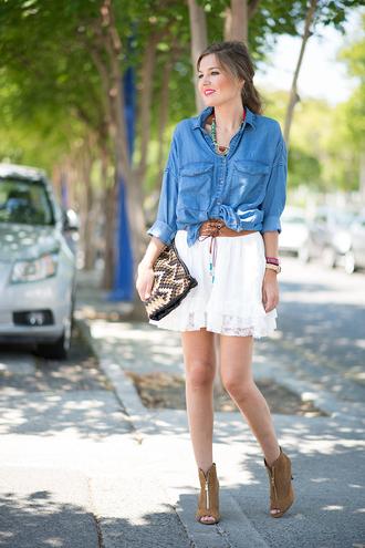 mi aventura con la moda blogger suede shoes peep toe boots white skirt denim shirt pouch belt