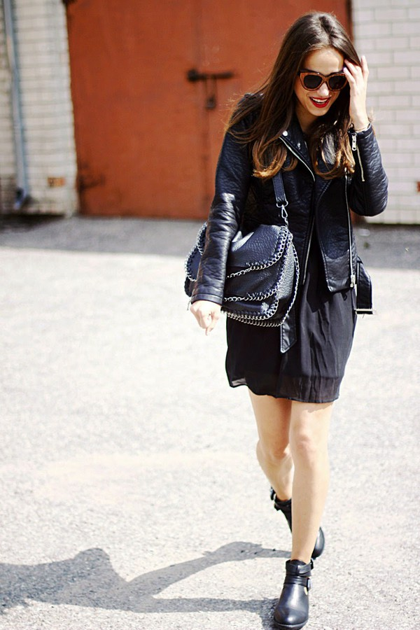 amoureuse de mode jacket jewels leather jacket perfecto ankle boots black boots blogger skirt sunglasses
