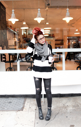 le happy blogger striped sweater ripped jeans grunge shoes