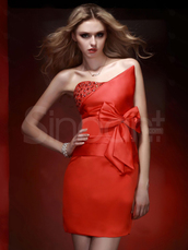 dress,red clor,natural waistline and strapless neckline,sequins and bowknot embelishment,mini train