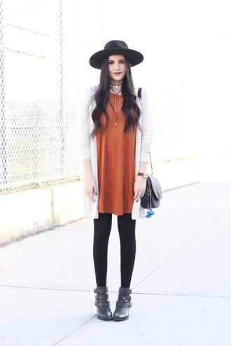 dress like jess blogger dress cardigan hat bag t-shirt jeans shoes tights jewels make-up