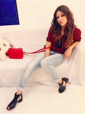 shoes purse jeans denim cut out ankle boots cut out shoes black shoes flannel shirt square blouse red purse ursula corberó❤️