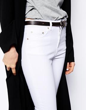 Asos – ridley – knöchelhohe röhrenjeans mit hoher taille in weiß bei asos