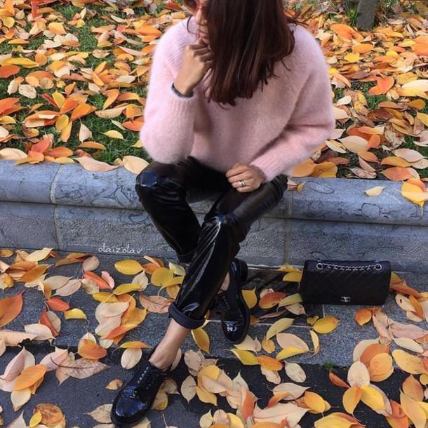 pants tumblr black pants leather pants black leather pants vinyl shoes black shoes bag black bag sweater pink sweater black vinyl pants