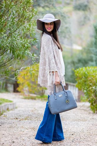 crimenes de la moda blogger jeans felt hat blue bag michael kors bag flare pants 70s style kimono flare jeans