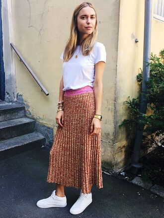 skirt knitted skirt maxi skirt orange skirt pleated skirt sneakers white sneakers low top sneakers t-shirt white t-shirt look de pernille blogger