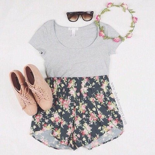 shoes flowers nude summer outfits shorts flowered shorts black with flowers t-shirt hair accessory top