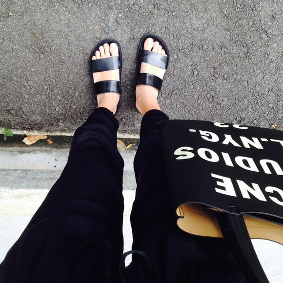 shoes sandals black flat sandals clothes pants shoes black grunge flat bag skinny pants jeans clothing purses tote bag