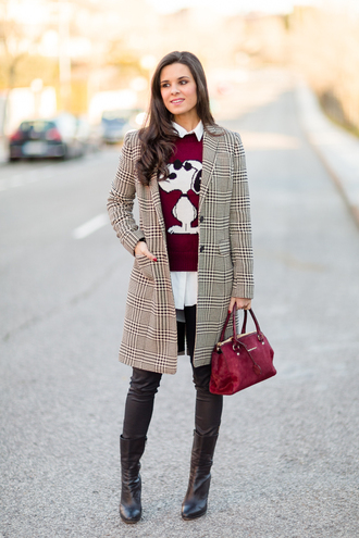 crimenes de la moda blogger coat red sweater snoopy tartan red bag leather pants black boots
