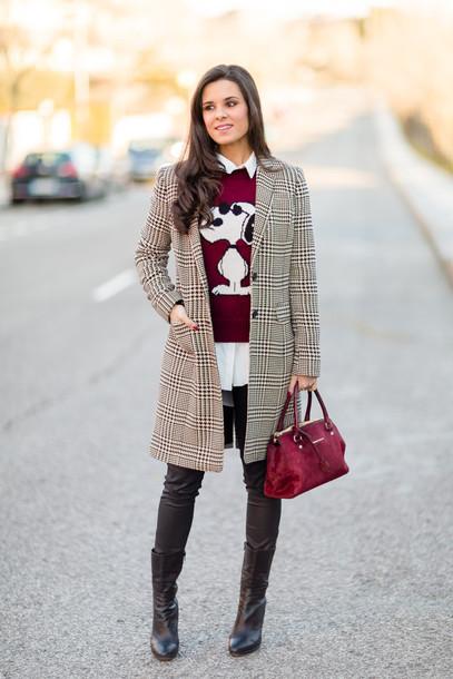 crimenes de la moda blogger coat red sweater snoopy tartan red bag leather pants black boots