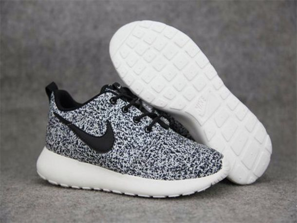 roshe run womens black and white