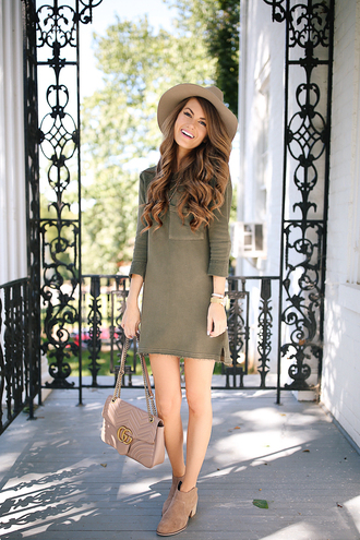 southern curls and pearls blogger t-shirt dress hat jewels bag shoes make-up