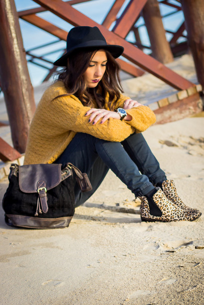 shoes and basics blogger knitted sweater mustard leopard print chelsea boots jeans bag shoes hat jewels mustard sweater