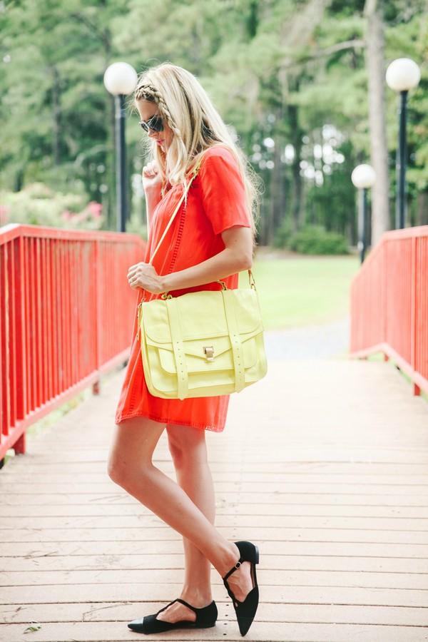 barefoot blonde blogger sunglasses bag make-up