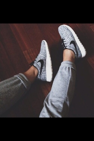 shoes black and white nike roshe run nike air nike free run nike sneakers nike running shoes girly cute nike nike roshe run roshe runs