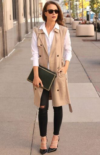 coat sleeveless trench black skinny jeans skinny jeans valentino clutch black leather clutch white shirt ripped jeans black pumps studded clutch wayfarer