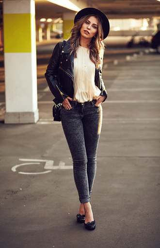 masha sedgwick blogger skinny jeans grey jeans white blouse hat perfecto