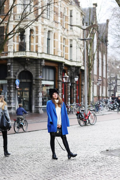 dulceida blogger blue coat fur hat black fur hat black hat coat sweater white sweater turtleneck turtleneck sweater leggings black leggings shoes black shoes