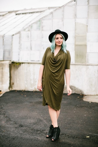 the red closet diary blogger dress shoes hat make-up felt hat green dress ankle boots peep toe boots