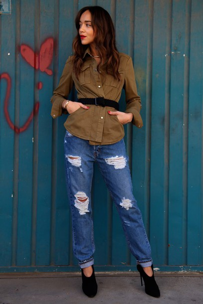 ring my bell blogger shirt army green jacket ripped jeans boyfriend jeans waist belt