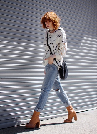 de lune blogger jeans shoes t-shirt sweater bag cut-out striped top stripes ripped jeans light blue jeans brown boots high heels boots thick heel crossbody bag round bag black bag fall outfits block heels
