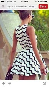 dress,whit and black dress,short dress,patterned dress,offbeatbride.com,white dress,zigzag