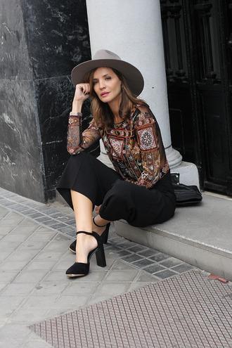 lady addict blogger hat black sandals culottes boho shirt black culottes