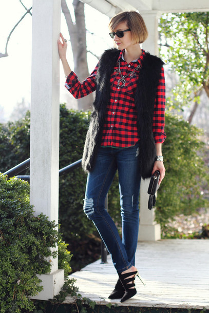 district of chic blogger flannel shirt faux fur vest black heels black fur vest sunglasses black sunglasses denim jeans blue jeans ripped jeans tartan checkered shirt checkered necklace silver necklace fall outfits