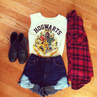 t-shirt shoes outfit vintage blouse nastygal shirt hogwarts harry potter white white shirt white hogwarts shirt shorts muscle tee white t-shirt cool shirts bad girls club red denim shorts tank top top ♥ harry potter tank top movie cool colorful brand frayed grunge babe fashion teenagers leggings