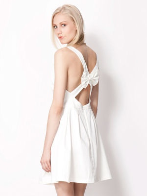 Robe blanche à noeud dans le dos de Bershka : Robes blanches : les plus beaux modèles de l'été - Journal des Femmes Mode