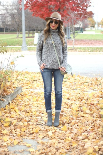 lilly's style blogger sweater jeans shoes