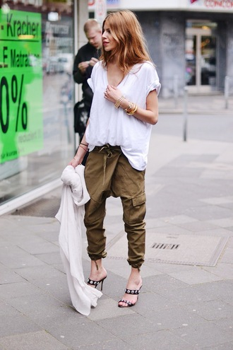 maja wyh blogger khaki pants white t-shirt oversized t-shirt sandals harem pants