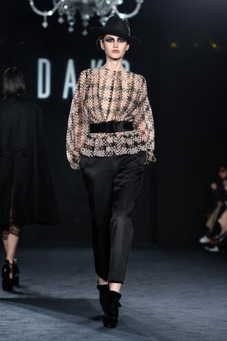 blouse pants london fashion week 2016 runway hat fall outfits model fashion week 2016
