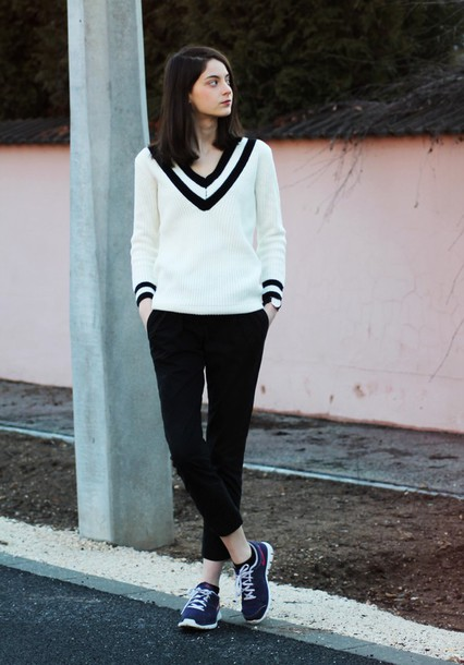 mes memos blogger nike sneakers white sweater black pants sweater pants shoes