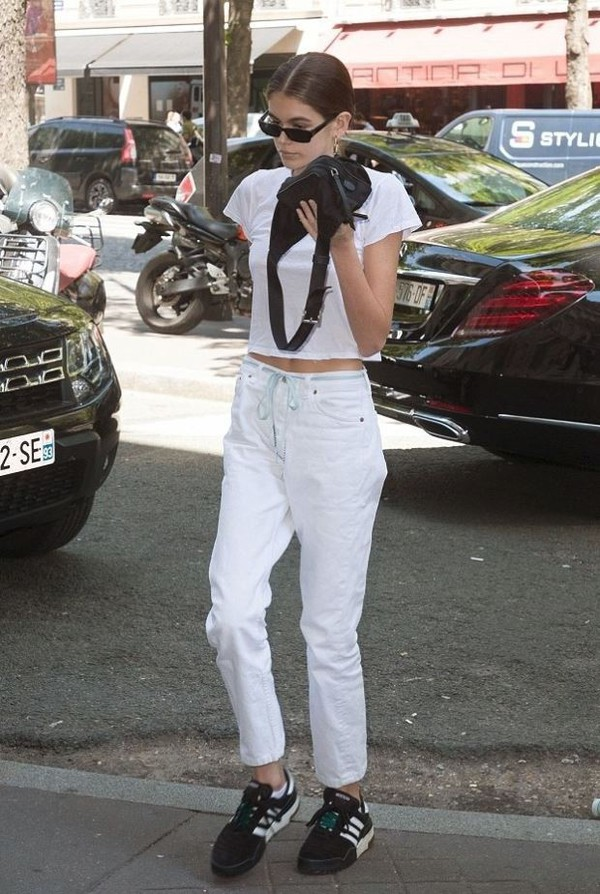 jeans kaia gerber white jeans top crop tops cropped white top sneakers shoes sunglasses summer summer outfits bag t-shirt
