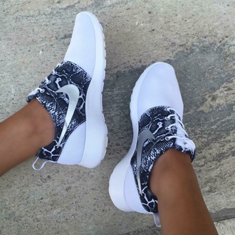 shoes white nike black and white sports shoes sneake nikes fashion just do it running shoes nike sneakers nike running shoes black nike roshe run roshe runs sneakers snake skin black and white shoes customised low top sneakers snake print nike shoes roshes whiteroshes