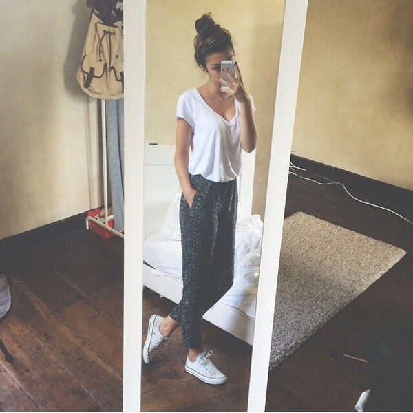 jogging gris joggers sweatpants pants sportswear grey pants top t-shirt white white top white t-shirt converse white converse shoes joggers harem pants harem green jeans tunblr tumblr tumblr outfit cute style sweatpants shirt grey